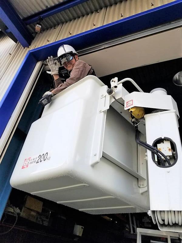 高所作業車でのシャッター修理